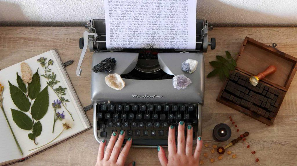 Blog de critiques de livres, une photographie de mon univers avec herbier, cristaux, machine à écrire...