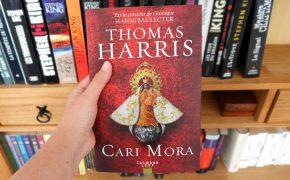 Magnifique couverture du nouveau thriller de Thomas Harris, le livre Cari Mora. Je vous donne mon avis lecture sur ce nouveau roman.